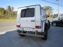 ボディーカラーはパールホワイトカラーになります。専用のカーボン製オーバーフェンダーや22incの大径wheelを標準装備した1台です。