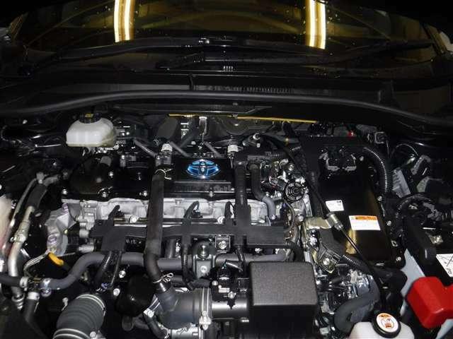 1.8Lのガソリンエンジンと高出力モーターのハイブリッドシステムを搭載しています。油汚れやほこりを隅々まで除去。エンジンルームも綺麗になっています。