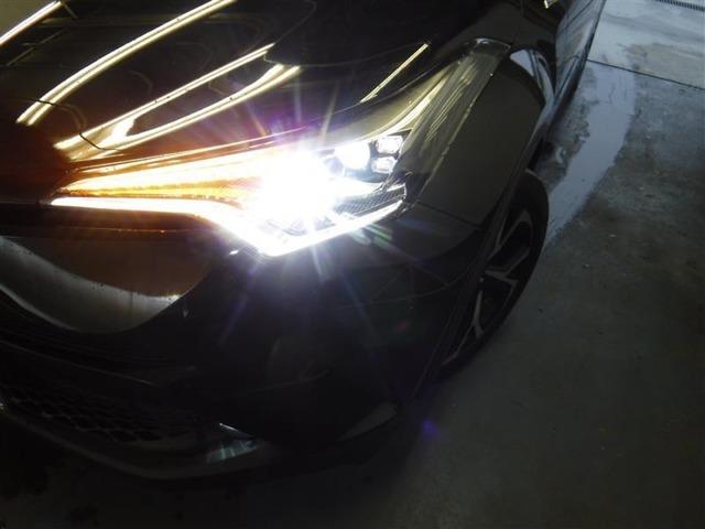 前方を明るく照射しながら、省電力に寄与する「LEDヘッドランプ」を装備しています。