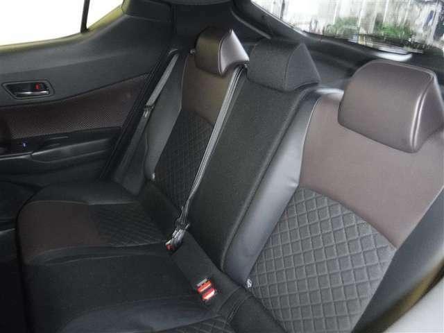 後席空間もしっかり確保。分割可倒式シートを採用しています。