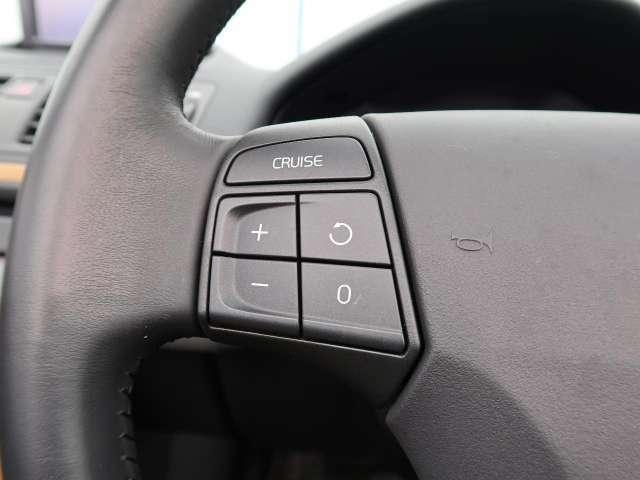クルーズコントロールを装備!アクセルを離した状態でも一定速度で走行ができる装備です。加速も減速もステアリングのボタンにて操作ができ、快適なドライブをサポートします!