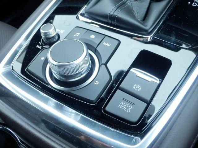 電動パーキングブレーキ。軽い力でスイッチを押すだけでパーキングブレーキをかけることができます。