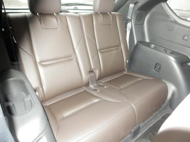 快適な座り心地と乗り心地のサードシート。ボトルホルダーや小物入れなども装備しています。