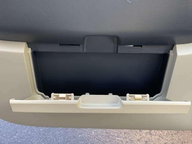 ☆助手席ドア内側には車検証を入れるのちょいど良い収納スペースがあります。