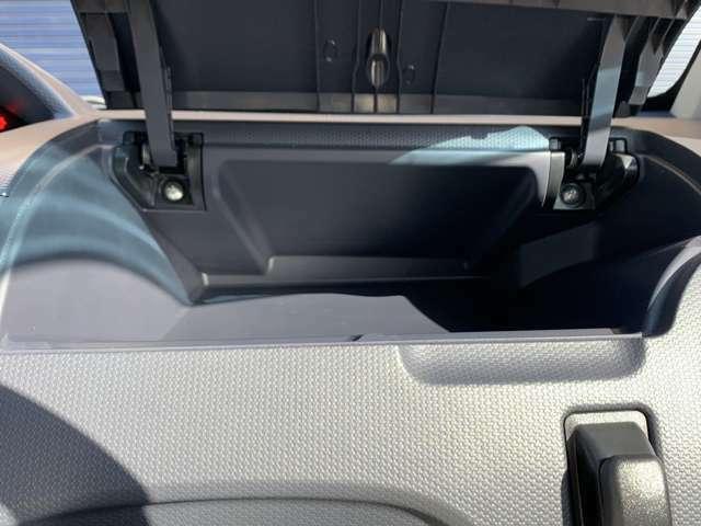 ☆運転席側上部にお財布や携帯などを収納しておくのに便利な収納スペースがあります。