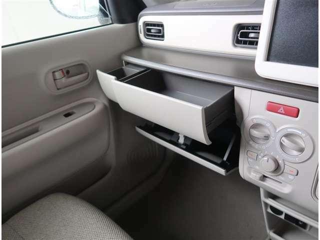 【収納BOX】助手席の前方に収納ボックスが装備されています。