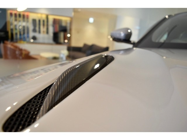 V12気筒モデル(AMR)にのみ選択可能なボンネットストレーキ。こちらの車両はカーボン仕様となっております。