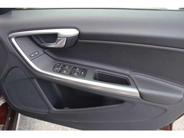 他の車に乗る機会がある度、あらためてボルボのドアの厚みに驚かされます。「バツッ」という開閉音とともに外界とは遮断された静寂が訪れ、「守られている」ことを日々、実感させてくれます。