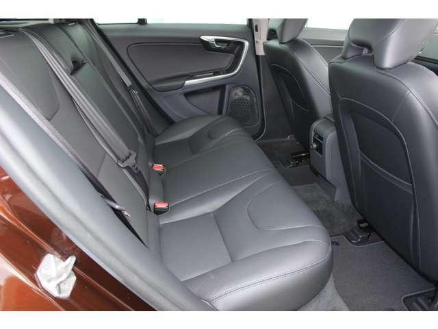 整形外科医のアドバイスを受けて作成された、長距離ドライブでも疲労を軽減させるシート設計です。