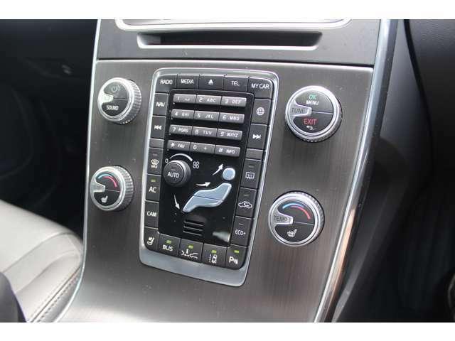 使用頻度の高いボタンは四隅に大きく配置された、使い勝手の良いデザインです。