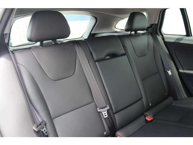 【ISOFIX】後部座席にもアームレスト及びドリンクホルダーが搭載されます。また後席2座はチャイルドシートジョイントの国際規格「ISO FIX」準拠により各社モデルがワンタッチで着脱可能となっております。
