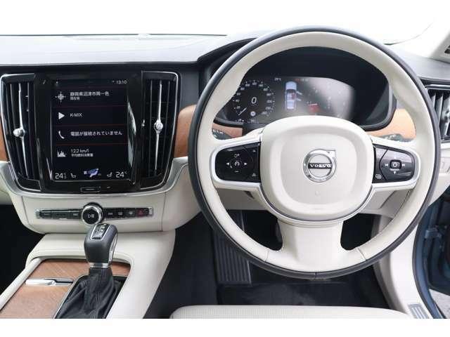 アダクティブクルーズコントロールに加えパイロットアシストも搭載し、車両を車線内に維持しながら先行車を追従走行します。