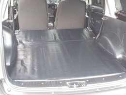 後部是席を倒すと、荷室が広く平らになるので、荷物が載せやすく、使いやすいです。