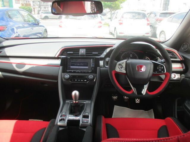 ブラック、レッドを基調にしたシックかつスポーティな雰囲気を醸し出すインテリアです。実用性も優れており使い勝手も良く、前席からの視界も良く運転し易いお車です。