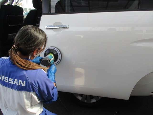 ボディーを高圧洗浄などで仕上げた後、バフと言う磨き機材で新車板金などで使っているコンパウンドなどを使用して汚れや小キズを取り除きます。