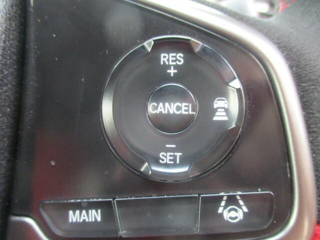 前車追従式レーダークルーズ搭載。前方車両との車間距離を速度可変させ一定に保ち走行します。高速道路などでアクセル、ブレーキ操作が減りますので疲労軽減に役立ちます。
