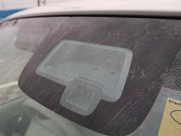 【レーダーブレーキサポート】渋滞などでの低速走行中、前方の車両をレーザーレーダーが検知し、衝突を回避できないと判断した場合に、衝突軽減が作動。追突などの危険を回避、または衝突の被害を軽減します。