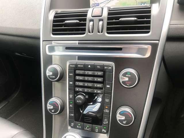 左右独立調整式エアコンになっているので、より快適なドライブをお楽しみいただけます。