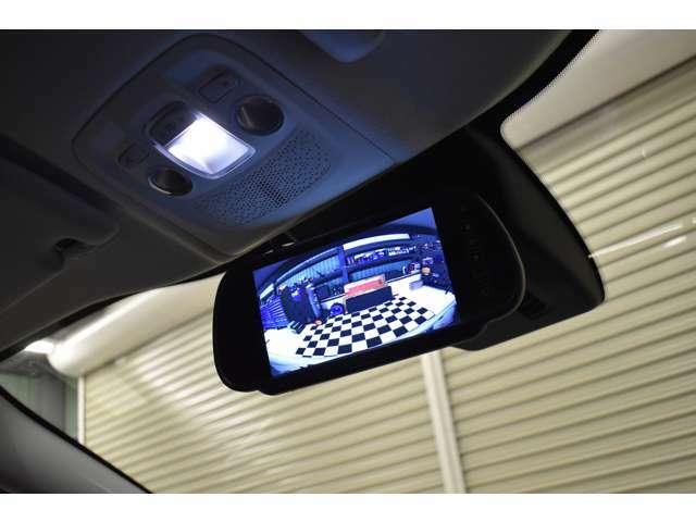 社外バックミラー型リアモニター装備で駐車時も安心です。