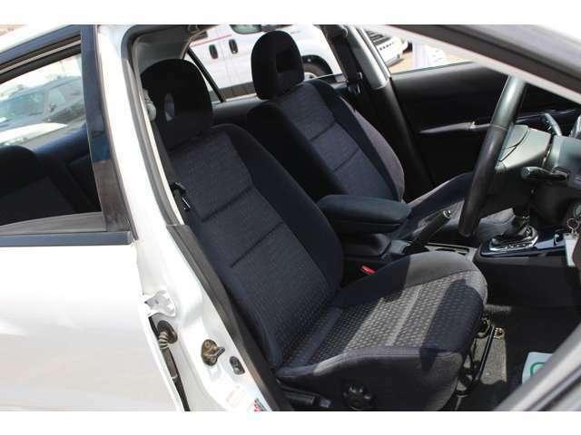 ホールド感に優れるだけでなく、長距離ドライブの疲労も軽減してくれる純正シート付です!