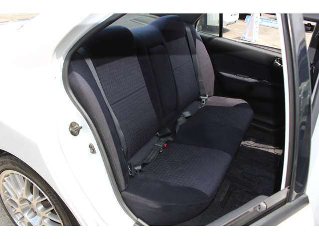 限られたスポーツカーにしかない、便利な後部座席シート!