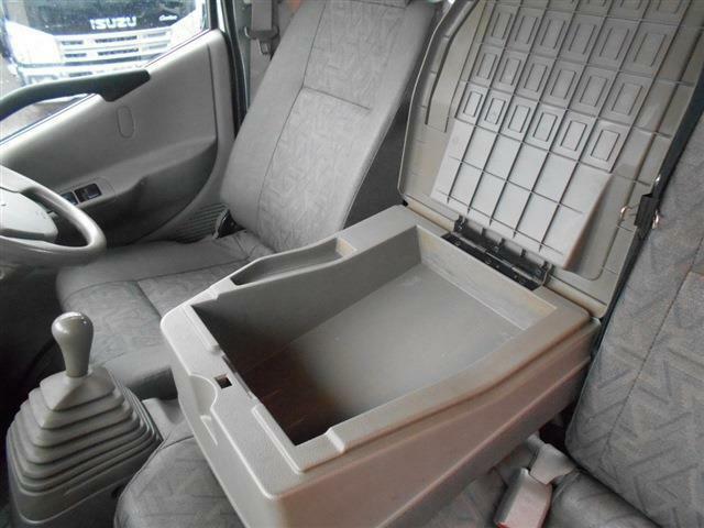 ■センターシートを倒せば小物も置けるので便利です■