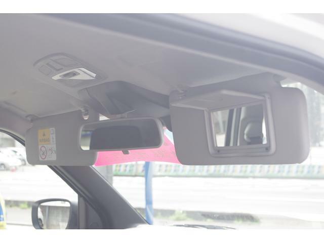 運転席にはミラー付きサンバイザーを装備♪