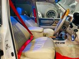 フロアマットとシートベルトは赤になっていておしゃれです。