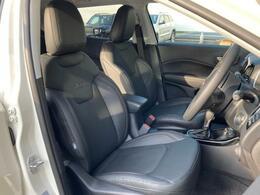 フロントシートはレザーシートでシートヒーターが助手席ともに標準装備となっております。
