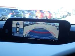 360°ビューモニター。車両の前後左右にある4つのカメラを活用し、センターディスプレイの表示や各種警報音で低速走行時や駐車時に車両周辺の確認を支援するシステムです。