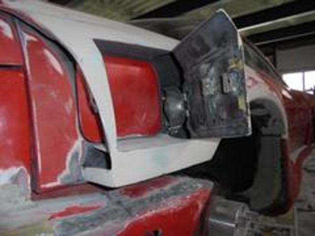 フューエルリッドは内側は純正を残しつつ、外側をステップワゴン純正を加工取り付けの2重構造!!ダクトネットも貼り付けて、レーシーに仕上げます♪