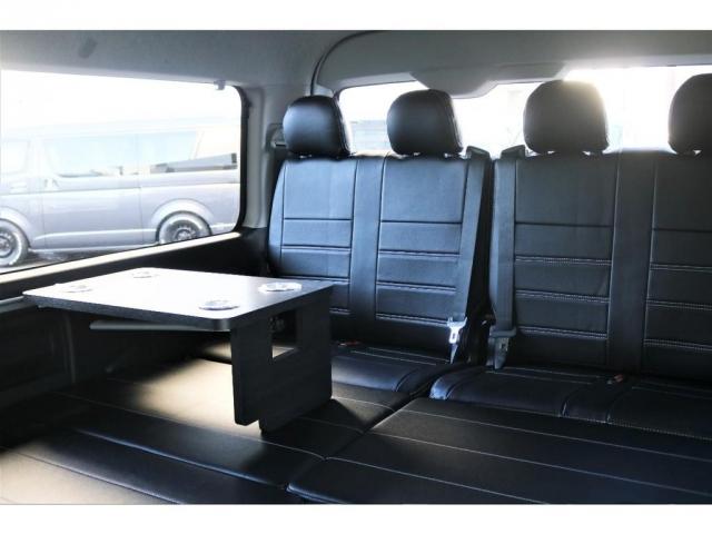 フルフラットシートにしたままでも、テーブルを装着することができますので、車中泊中のお食事もお楽しみいただけます。