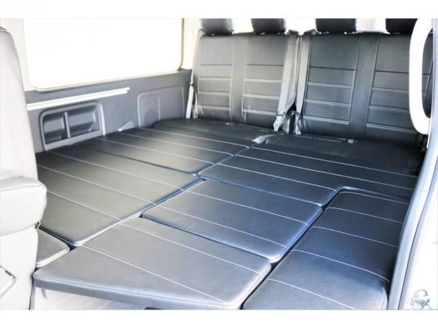 2列目から後ろがフルフラットのシートになりますので、車中泊や、小休憩の際にご活用いただけます。