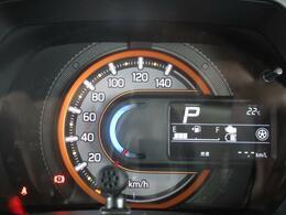 クルマの情報が確認できるディスプレイ付きのシンプルなメーターデザイン◎またヘッドアップディスプレイ付きの為、車速やシフト位置はフロントガラスでご確認いただけます。