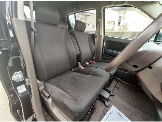 フロントシートもベンチシートです。とても広々していて快適です。ホールド性もあり運転がしやすいです。