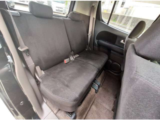 後部座席も広々していて快適です。綺麗な状態を保っています。
