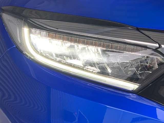 LEDヘッドライトは、本当に明るくて安全です。暗い夜道からお客様を守ってくれます。運転しやすいですし、自慢にもなるかも?黄色いハロゲンライトと見比べてください。