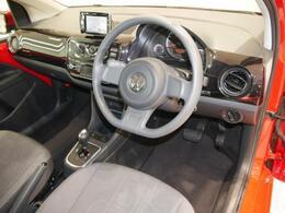 ダッシュパッドと呼ばれるパネルはポップな空間を演出。ハンドルやシフトレバーの配置やスイッチ類など快適な運転環境。コンパクトでも見た目以上にゆったりとした運転席の空間が確保されています。