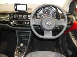 シンプルで見やすい運転席まわりです。