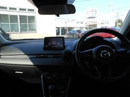 デミオのコクピットは、ドライバー視線を極力動かさなくて済むようにナビ・サイドミラーが横一列に並んでいます。
