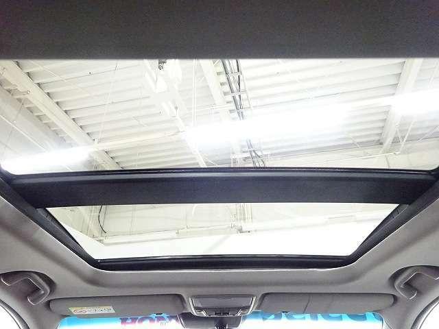 空と共に走る。開放感あふれる電動サンルーフを装備。室内空間をさらに気持ち良く。スイッチ操作で天井部がスライドし、広大なサンルーフが出現。ガラス部は電動で開閉でき、チルトアップ機構も備えています。
