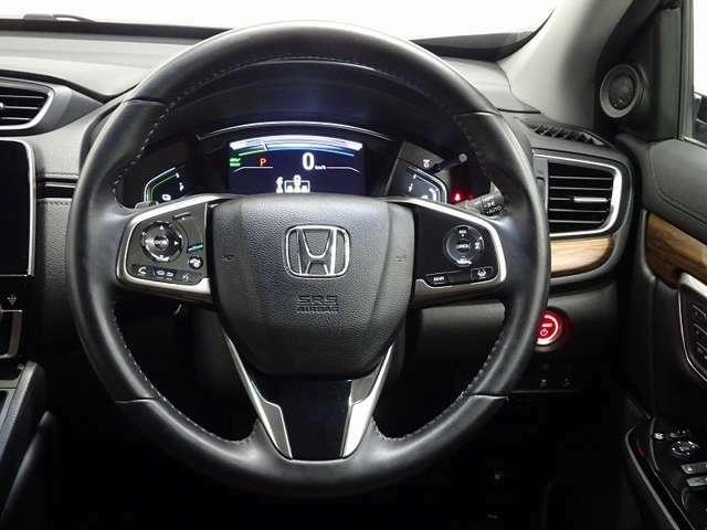 ハンドルには左側にオーディオのリモコンスイッチが、右側にはクルーズコントロールのスイッチが装備され運転中の操作も安心して行えます。