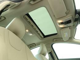 ◆ガラススライディングルーフ『ルーフ全面に広がるガラス面は解放感に溢れ、車内を更に広々とした空間に演出します。チルト・スライドオープン機能を備え、便利にお使いいただけます。』