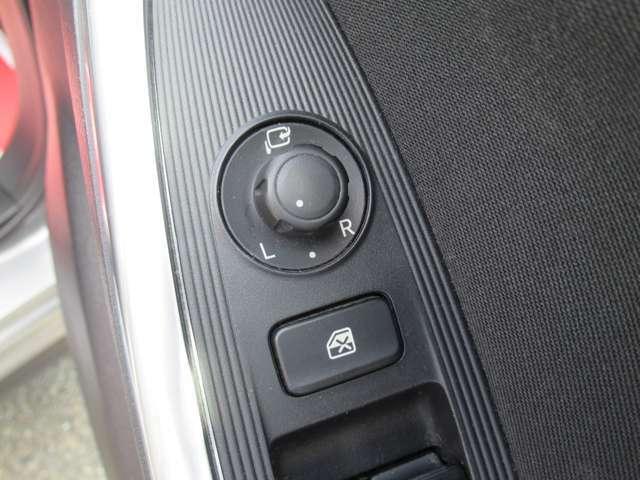電動格納ミラー!狭い駐車場での乗り降りする際にスペースを従来より広く取れます。