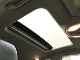 【サンルーフ】天気のいい日は天井を開けてオープンエアーを楽しんでください!