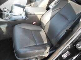 左フロントシートも革シートで電動パワーシートです