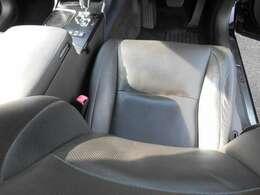 豪華な革シートは電動で右フロントシートはメモリーシートです