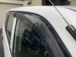 サイドドアバイザーが装備されております♪雨の日でも車内の空気を入れ替えることが出来ますので便利な装備となっております♪