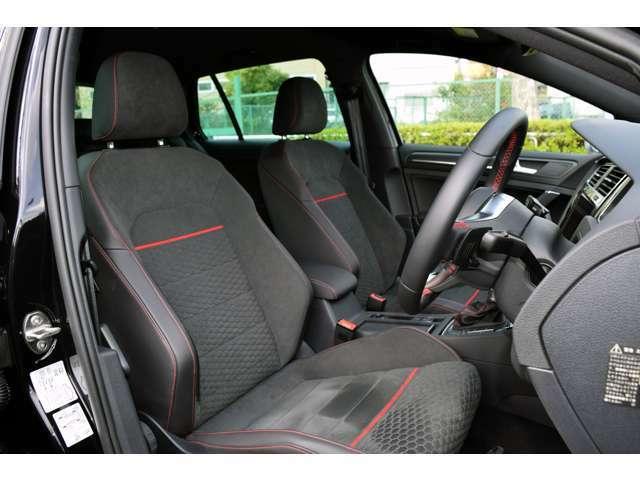 専用ファブリック&マイクロフリーストップスポーツシートに手動ランバーサポート、フロント手動高さ調整付き