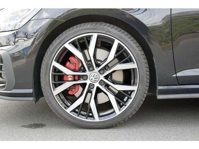 大径ブレーキディスク、専用アルミホイール「santiago」 7.5J X 19、ピレリーP0 225/35 R19 88Y,タイヤ空気圧警告灯